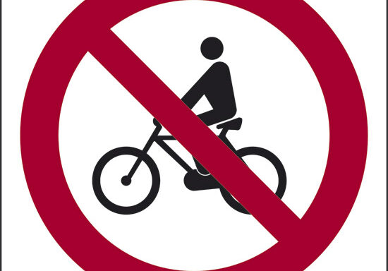 (vietato il transito alle biciclette)