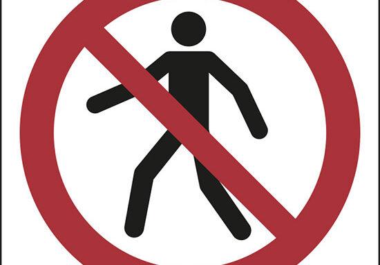 (divieto di transito ai pedoni – no thoroughfare)