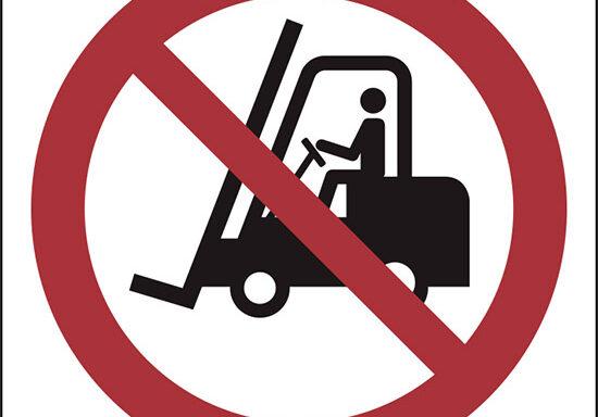 (vietato l'accesso ai carrelli elevatori e altri veicoli industriali – no access for forklift trucks and other industrial vehicles)
