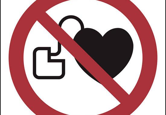 (vietato l'accesso ai portatori di stimolatori cardiaci attivi – no access for people with active implanted cardiac devices)