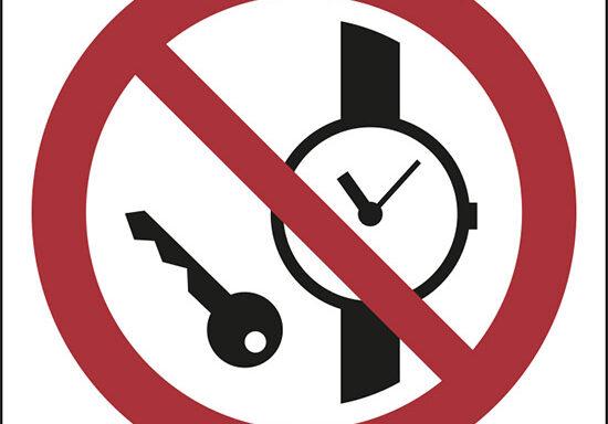 (vietato entrare con orologi o oggetti metallici – no metallic articles or watches)