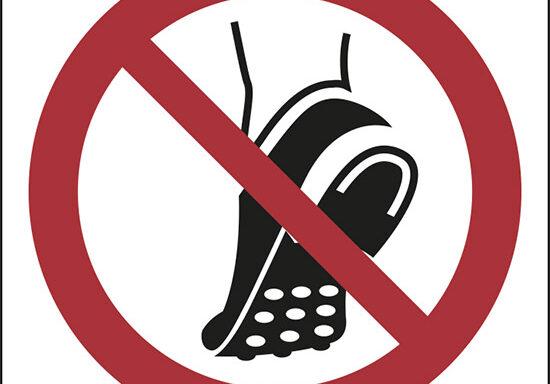 (do not wear metal-studded footwear – non indossare calzature con tacchetti/chiodi)
