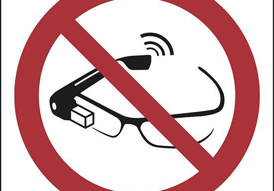 (proibito l'uso degli smart glass – use of smart glasses prohibited)