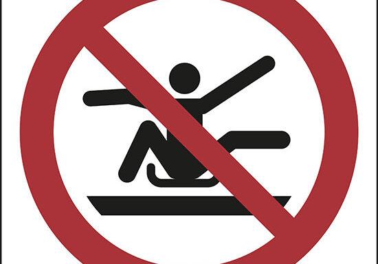 (non stendersi all'esterno della slitta – do not stretch out of toboggan)