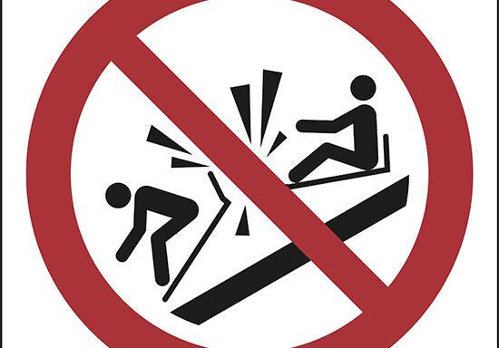 (non speronare slitte – do not ram into toboggans)