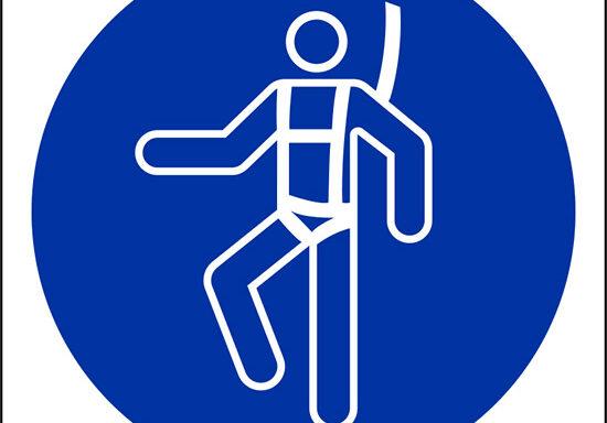 (e' obbligatorio indossare l'imbracatura di sicurezza – wear a safety harness)