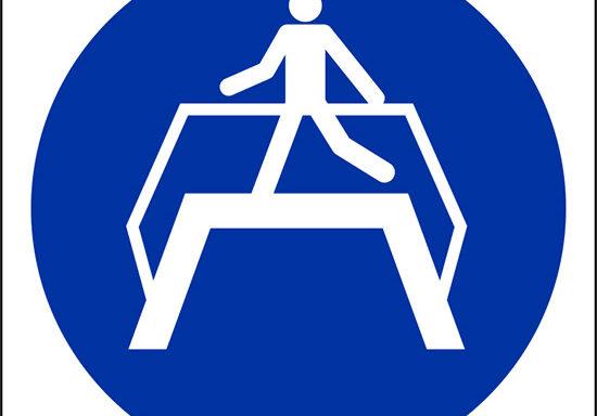 (e' obbligatorio usare il ponte pedonale – use footbridge)