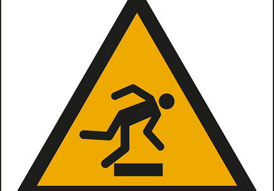 (pericolo ostacolo in basso – warning: floor-level obstacle)