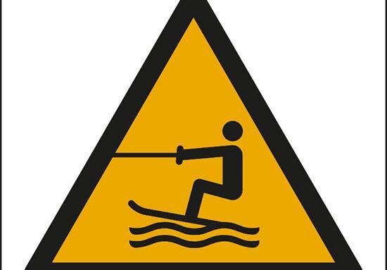 (attenzione; area per attività acquatiche a traino – warning; towed water activity area)
